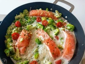 zalm met broccoli in kokosmelk