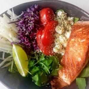 Kleurrijke gebakken zalm salade
