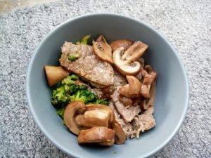 Steak met broccoli en champignons